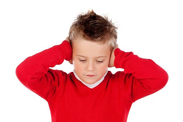 Garotinho, cobrindo as orelhas Foto Premium