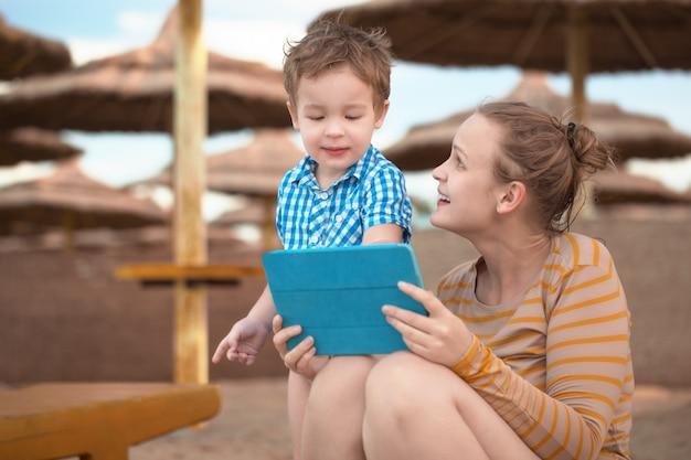 Garotinho com é mãe em um resort de praia Foto Premium