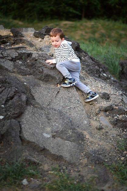Garotinho conquista a montanha. Foto Premium