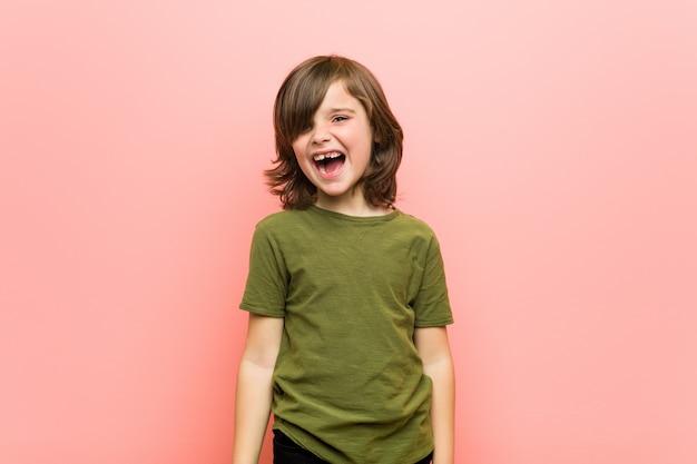 Garotinho, gritando com muita raiva e agressividade. Foto Premium