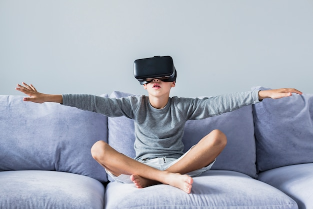Garotinho, usando óculos de realidade virtual Foto gratuita