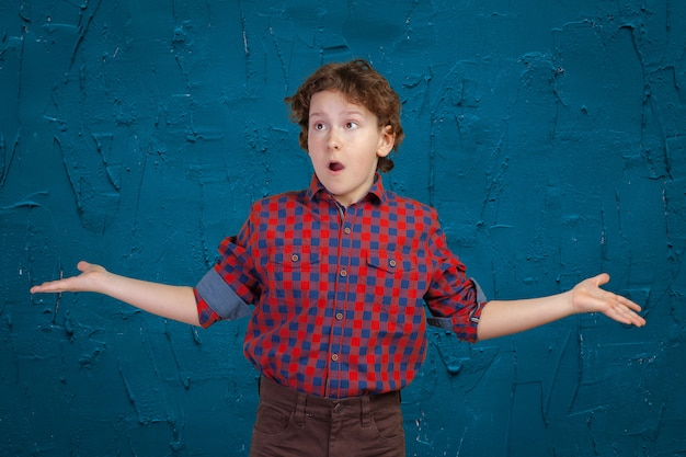 Garoto adolescente encolhe os ombros Foto Premium
