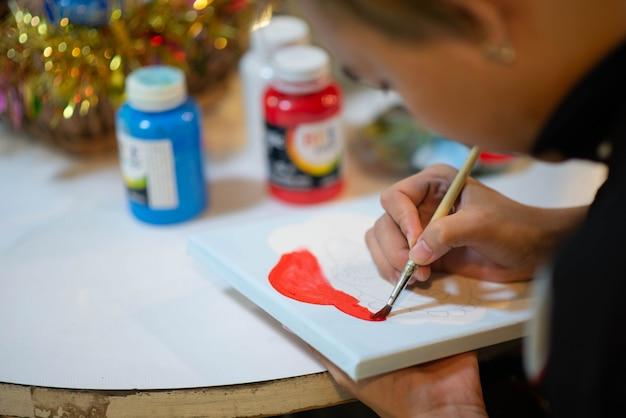 Garoto aprendendo pintura de arte e artesanato na sala de aula de arte Foto Premium