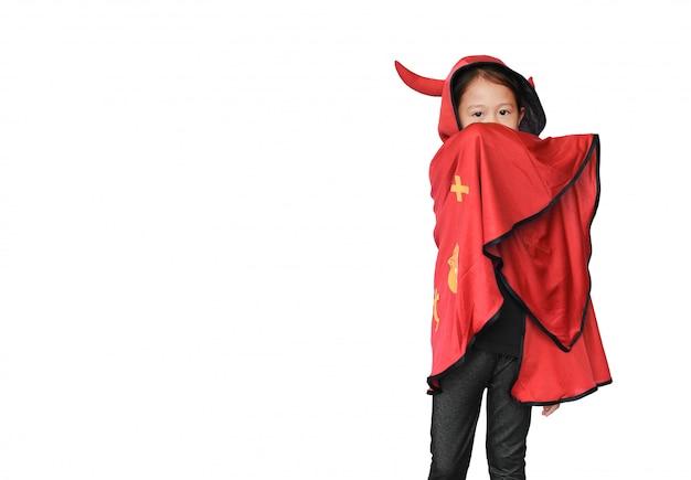 Garoto com casaco de drácula Foto Premium