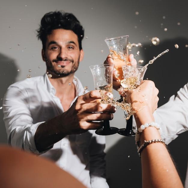Garoto de festa posando com champanhe Foto gratuita