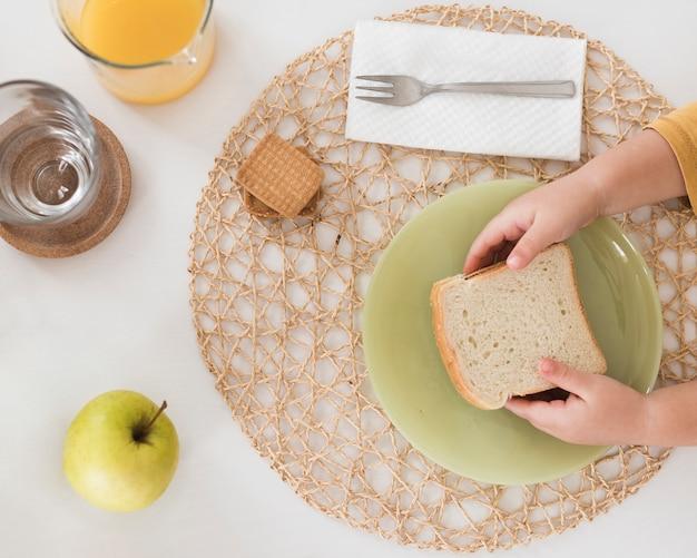 Garoto de vista superior tomando café da manhã Foto gratuita