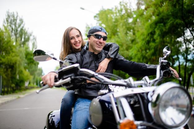 Garoto e garota em uma motocicleta. Foto Premium