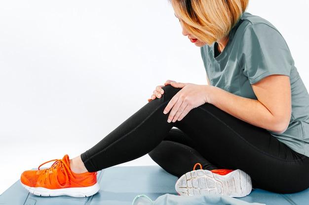 Garoto esportiva com problemas no tornozelo Foto gratuita