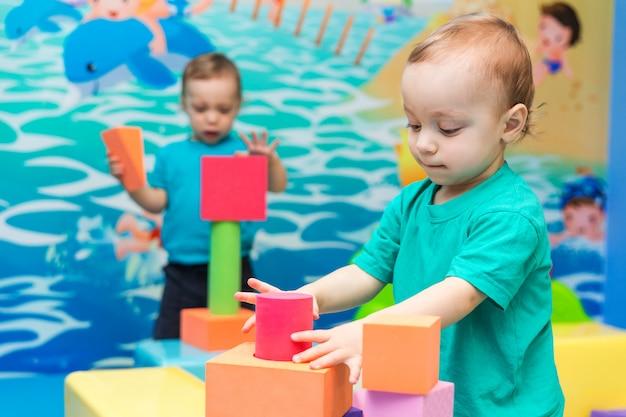Garoto jogando com cubos Foto Premium