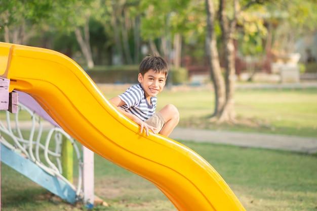 Garoto jogando no recreio ao ar livre Foto Premium