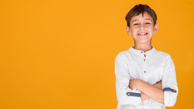 Garoto mostrando felicidade com espaço de cópia Foto Premium