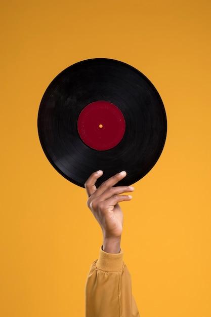 Garoto negro posando com vinis Foto gratuita