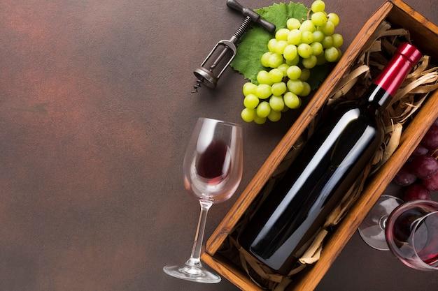 Garrafa cheia de vinho com espaço de cópia Foto gratuita