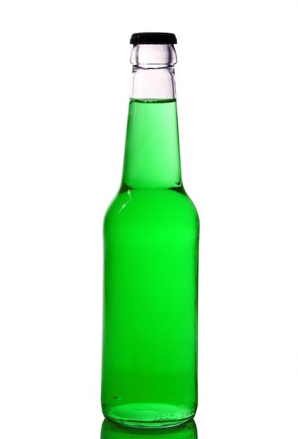 Garrafa com líquido verde no branco Foto Premium