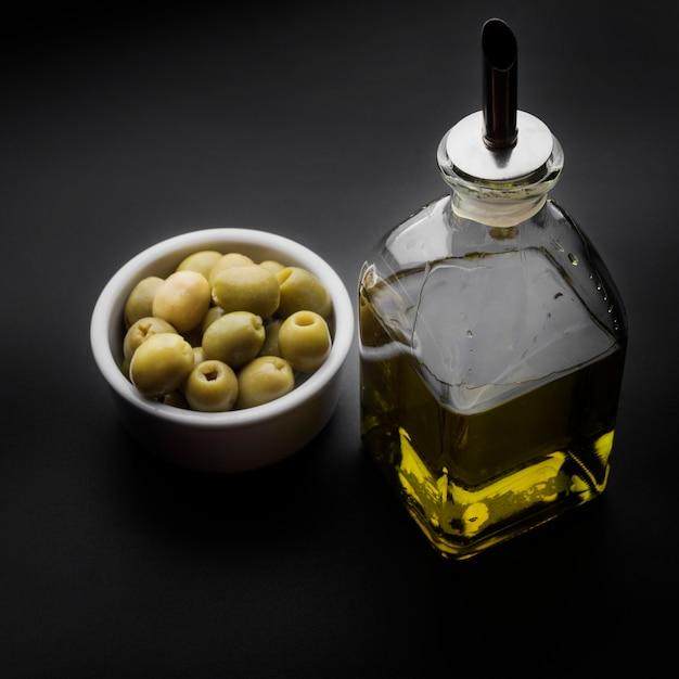 Garrafa de azeite e azeitonas no balcão da cozinha Foto gratuita
