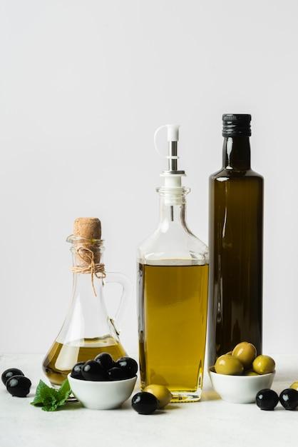 Garrafa de azeite e azeitonas orgânicas Foto gratuita