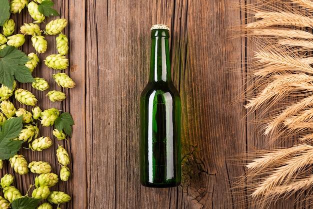 Garrafa de cerveja vista superior com ingredientes Foto gratuita