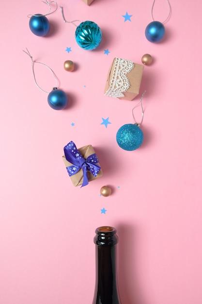 Garrafa de champanhe com decoração de natal diferente na rosa Foto Premium