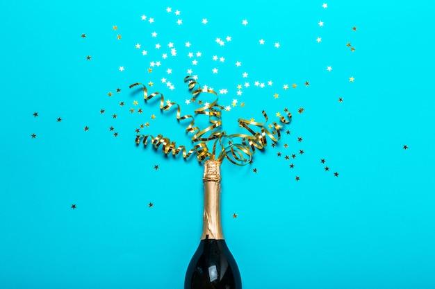 Garrafa de champanhe com serpentinas de festa colorido Foto Premium