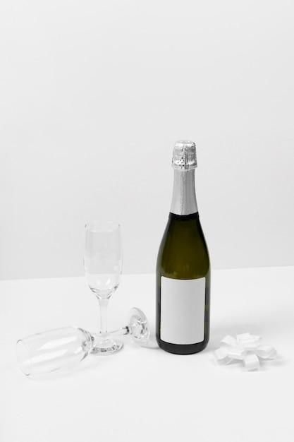 Garrafa de champanhe e variedade de taças Foto gratuita