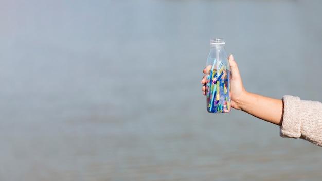 Garrafa de cópia-espaço com palha de plástico Foto gratuita