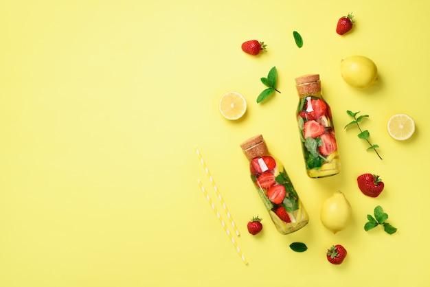 Garrafa de desintoxicação de água com hortelã, limão, morango. limonada cítrica. fruta de verão infundida água. Foto Premium