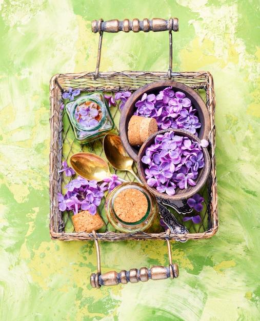 Garrafa de óleo essencial de lilás Foto Premium