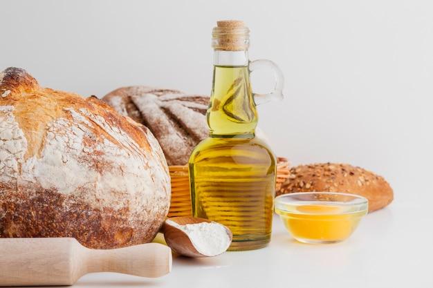 Garrafa de pão e azeite Foto gratuita
