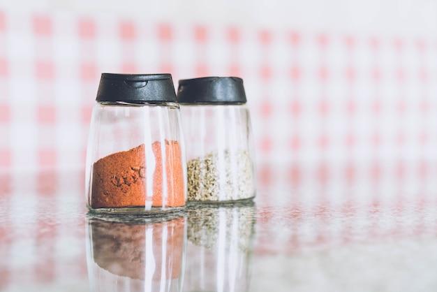 Garrafa de pimentão e orégano Foto Premium