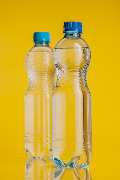 Garrafa de plástico cheia de bebida Foto Premium