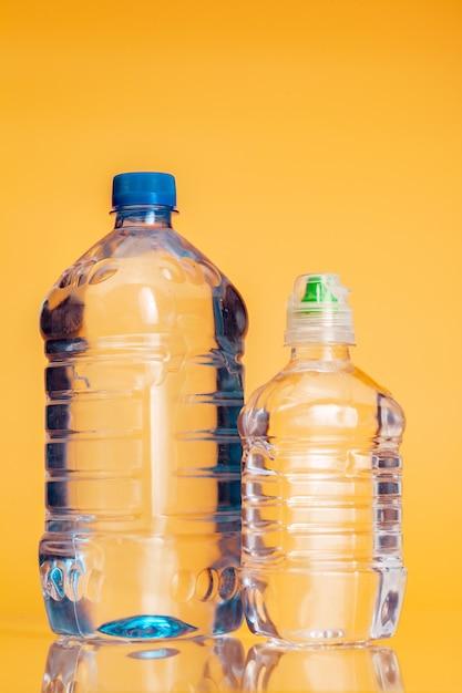 Garrafa de plástico de água mineral Foto Premium