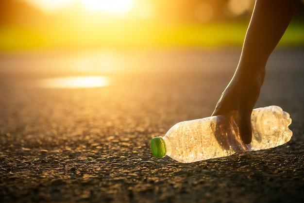 Garrafa de plástico limpa ou lixo, lixo, reciclagem, poluição na estrada Foto Premium