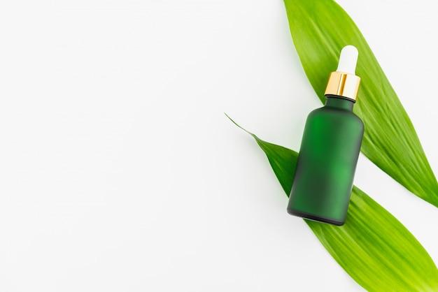 Garrafa de soro branco e frasco de creme, maquete da marca de produto de beleza. vista superior no fundo branco. Foto Premium