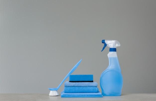 Garrafa de spray de limpeza azul com dispensador de plástico, esponja Foto Premium