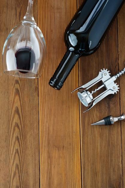 Garrafa de vinho com placa de madeira rústica do corckscrew do copo de vinho, espaço da cópia. Foto Premium
