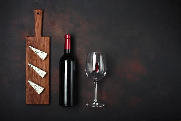 Garrafa de vinho, queijo stinky azul e copo de vinho Foto Premium