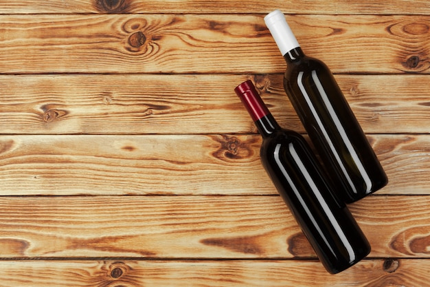 Garrafa de vinho sobre fundo de madeira Foto Premium