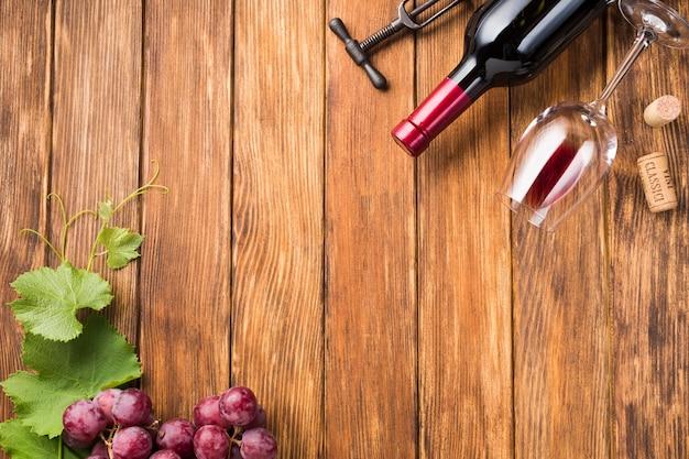 Garrafa de vista superior de vinho com espaço de cópia Foto gratuita