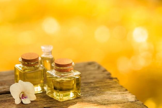 Garrafa do óleo essencial do aroma ou termas na tabela de madeira, imagem para a medicina alternativa da terapia dos termas do aroma e conceito do aroma da meditação. Foto Premium