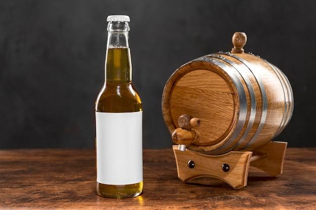 Garrafa e barril de cerveja com vista frontal Foto gratuita
