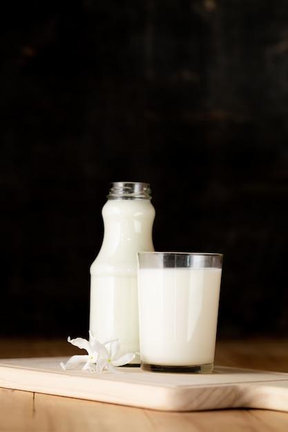 Garrafa e copo de leite fresco Foto gratuita