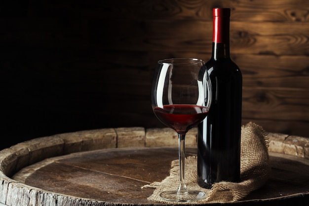 Garrafa e copo de vinho tinto Foto Premium