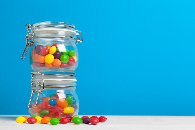 Garrafas com doces na mesa Foto Premium