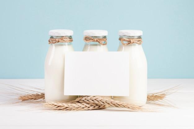 Garrafas com leite e cartão de espaço de cópia Foto gratuita