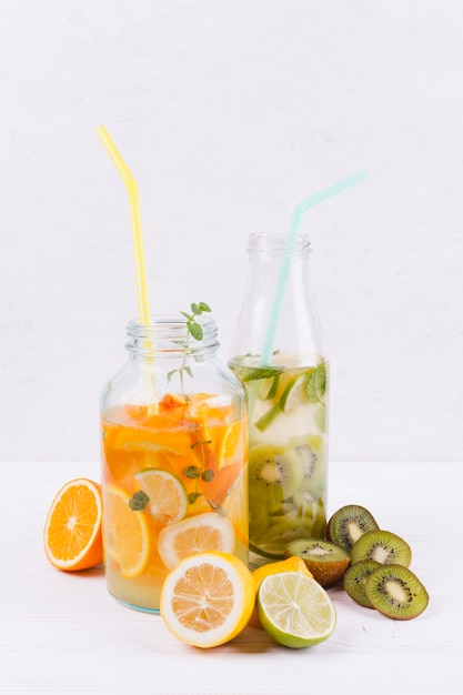 Garrafas com limonada caseira fresca Foto gratuita