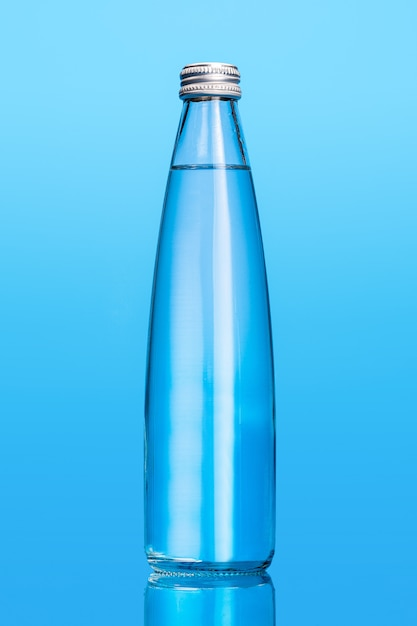 Garrafas de água de vidro isoladas Foto Premium