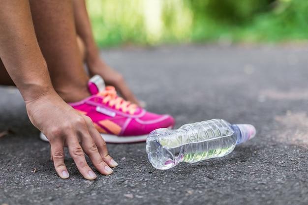 Garrafas de água na estrada Foto Premium