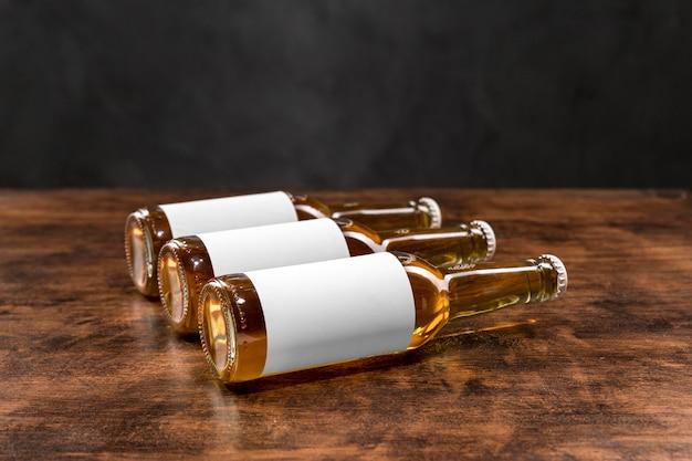 Garrafas de cerveja horizontais de vista frontal com rótulos em branco Foto gratuita
