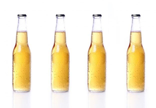 Garrafas de cerveja isoladas no branco Foto gratuita