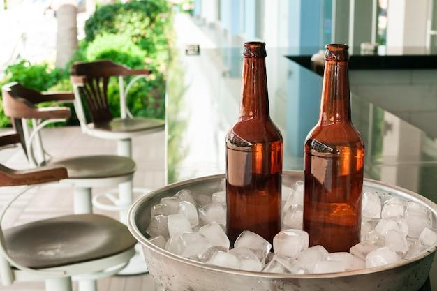 Garrafas de cerveja vista frontal no bar Foto gratuita